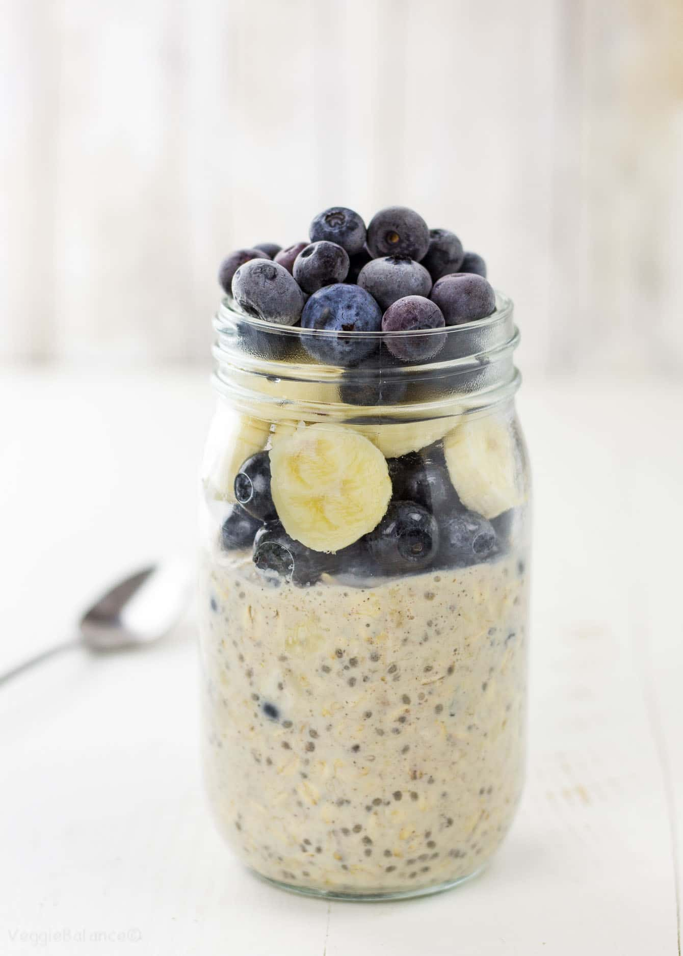 Overnight Oats in a mason jar - Veggiebalance.com